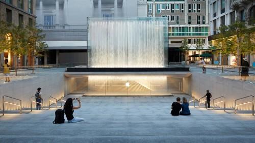 Apple Piazza Liberty: acqua, pietra e alberi nel progetto di Norman Foster