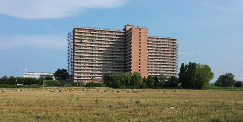 Da Torino ad Afragola, passando per l'Hotel House di Porto Recanati, la solitudine dei ghetti urbani