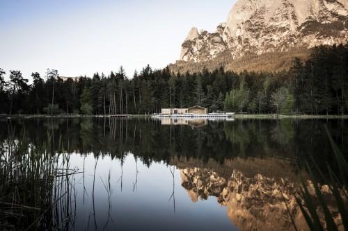 Minimal, contemporanea e in dialogo con la natura: la capanna sul lago di Fiè firmata Noa