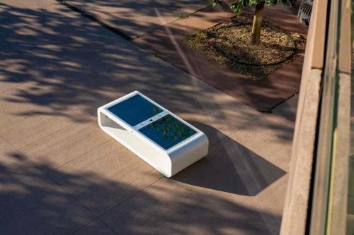 Pensiline anti distanziamento e panchine a energia solare, come evolve l'arredo urbano