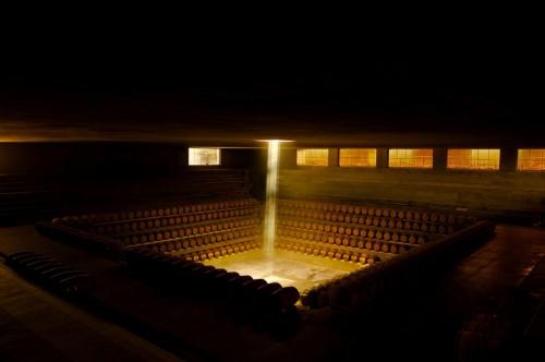 Rocca di Frassinello, come su un palcoscenico il vino si eleva in botte